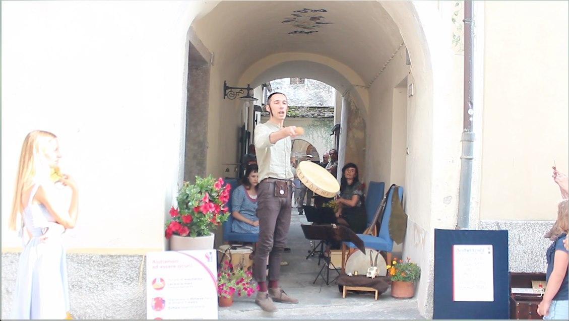 Dal vivo nel portico della piazza di Santa Maria Maggiore (VB)